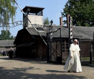 foto: Francisco recorrió Auschwitz y pidió