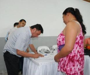 foto: Sananez hizo entrega de 75 lotes para familias inundadas