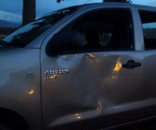 foto: Apedrearon la camioneta que trasladaba a Claudio Avruj en Chubut