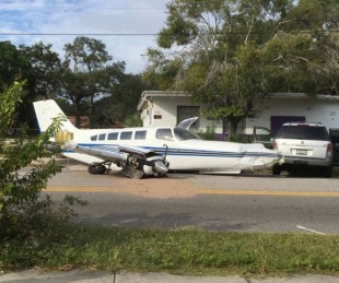 foto: Un avión se estrella en medio de una avenida en Florida