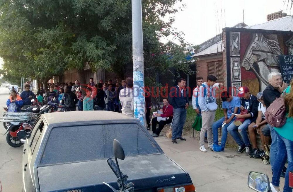 foto: Larga espera de usuarios para reactivación de la Sube estudiantil
