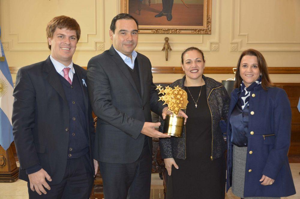 foto: La mejor maestra del mundo se reunió con el Gobernador Valdés