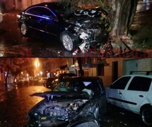 foto: Dos coches terminaron destruidos tras colisionar a gran velocidad