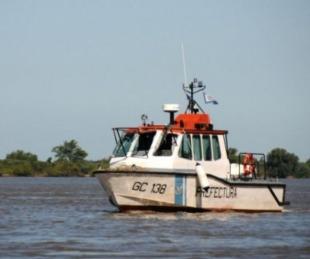 foto: Buscan a dos hombres que cayeron al agua tras haber volcado su canoa