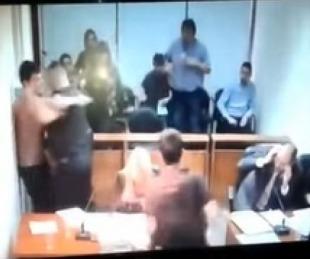 foto: El momento en que un preso le tiró un tacho de basura a un fiscal