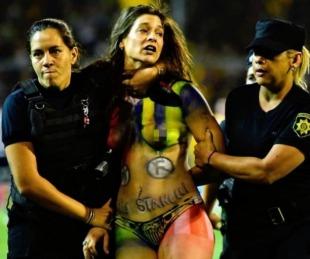 foto: Una chica semidesnuda invadió la cancha en pleno Central-River