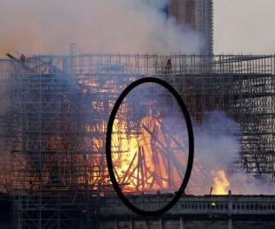 foto: ¿La figura de Jesús apareció entre las llamas de Notre Dame?
