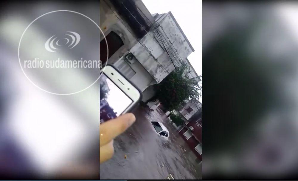 foto: Impresionante: Auto fue arrastrado por el agua en pleno centro