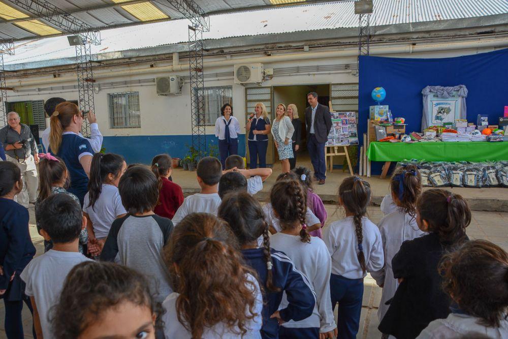 foto: La ministra de Educación entregó materiales a escuelas del Pirayuí