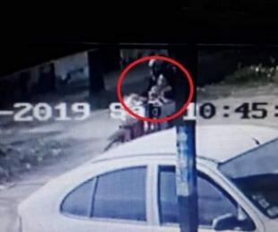 foto: Difunden imágenes del momento en que raptan a la nena en Chaco