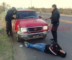 foto: Apareció un hombre tirado frente a su propia camioneta