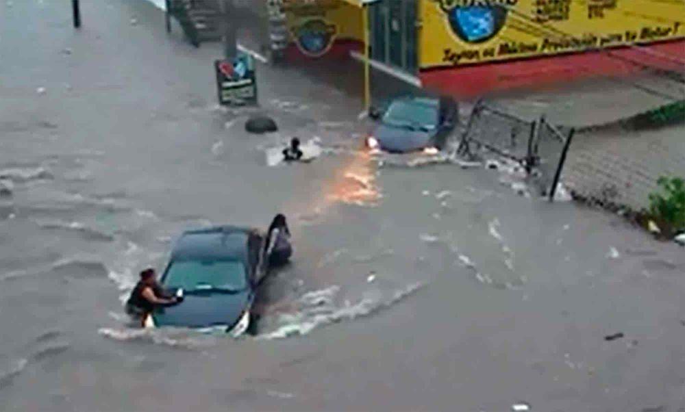 foto: En medio de una inundación mujer fue succionada por una alcantarilla