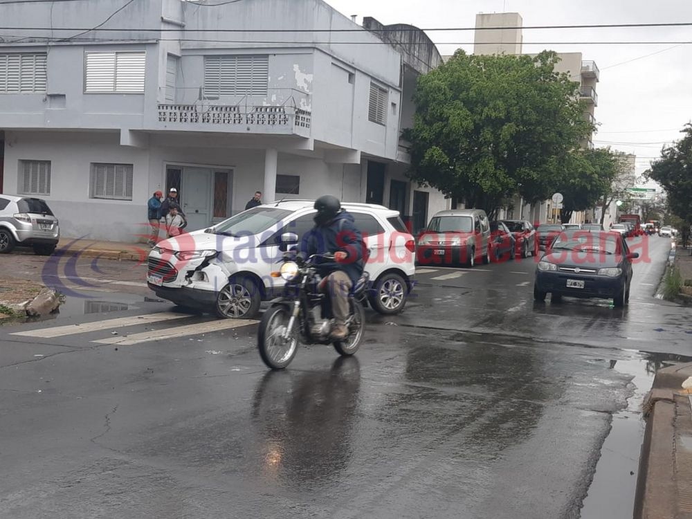 Fuerte choque entre dos autos generó un caos en el centro