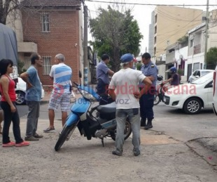 foto: Una mujer fue hospitalizada tras choque entre dos motos