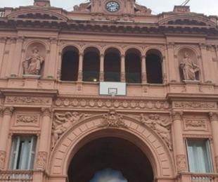 foto: La Casa Rosada amaneció con un aro de básquet en su entrada