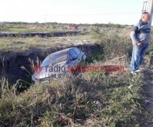 foto: Esquivaron a una moto con tres ocupantes y cayeron en un zanjón