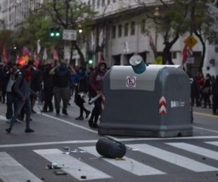 foto: Atacaron salvajemente a periodistas frente al consulado de Chile