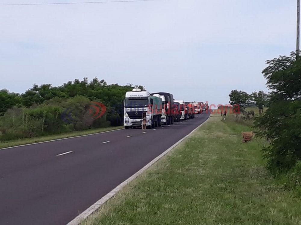Camión cargado de tomates y morrones tumbó sobre RN Nº12