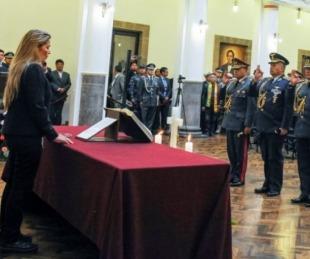 foto: Áñez se inauguró en el poder sellando su alianza con las FFAA