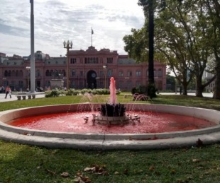 foto: Tiñeron de rojo el agua de dos fuentes de Plaza de Mayo