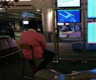 foto: Sacó su PlayStation, la conectó a un monitor del aeropuerto y se puso a jugar