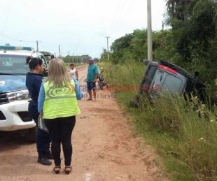 foto: Una Kangoo despistó y volcó en el acceso del barrio Esperanza