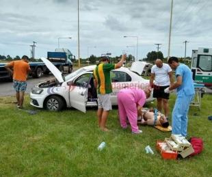 foto: Cuatro personas internadas tras choque entre un auto y un camión