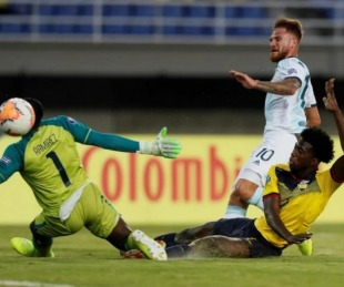 foto: Argentina derrotó a Ecuador y quedó a un paso del cuadrangular