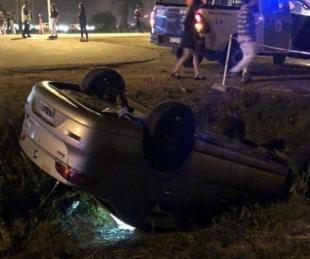 foto: Un automóvil volcó en el ingreso del corsódromo