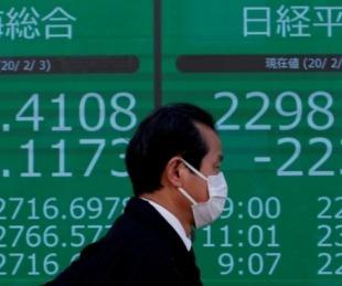 foto: Bolsa de Tokio se desplomó más de 3% por temor al impacto económico