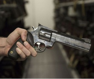 foto: Intentó seducir a una mujer jugando a la ruleta rusa y se mató
