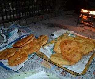foto: Vecinos realizan tortas fritas para las familias más humildes