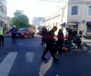 foto: Efectivo policial sufrió un accidente cuando circulaba en su moto