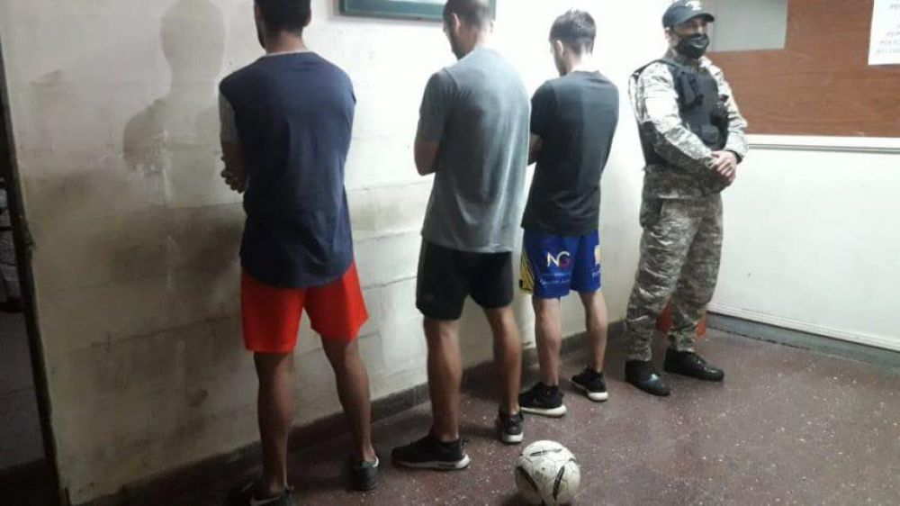 Jugadores de Sarmiento demorados por jugar al fútbol en la vereda