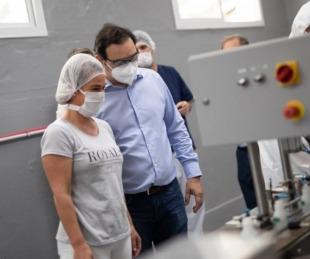 foto: Valdés visitó el laboratorio donde producen alcohol en gel y repelente