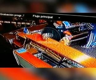 foto: Fue a comprar pan y se robó el alcohol en gel: todo quedó filmado
