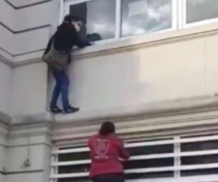 foto: Se trepó a la cornisa del hospital para ver a un pariente aislado