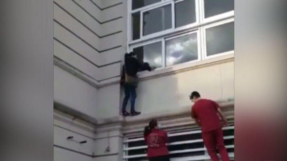 Se trepó por una cornisa de un Hospital para ver a un familiar con Cov