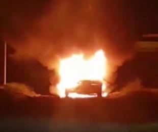 foto: Así se incendió el auto con el que chocaron y mataron a un canillita