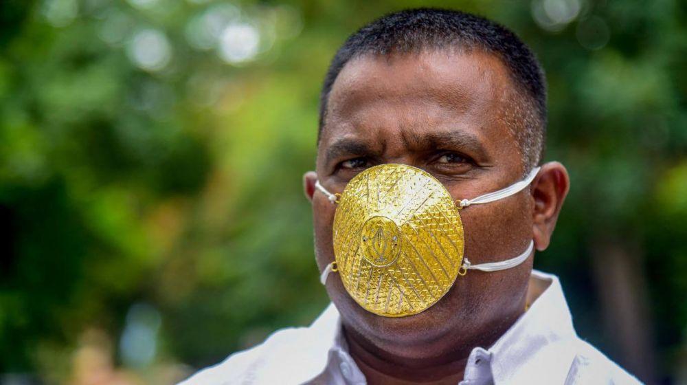Coronavirus: un empresario indio usa un tapabocas de oro macizo