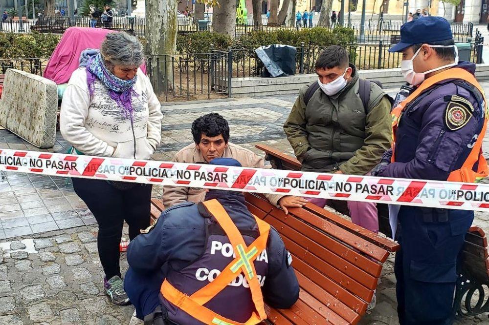 Una mujer embarazada indigente murió en el banco de una plaza