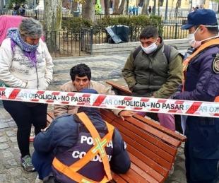 foto: Una mujer embarazada indigente murió en el banco de una plaza