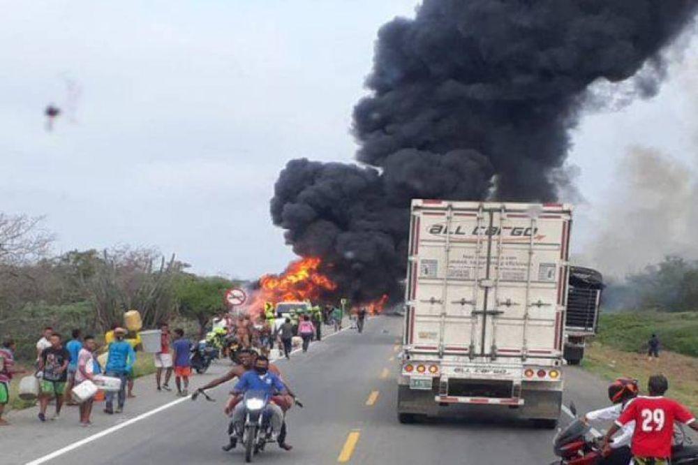 Estaban sacando combustible a un camión que volcó y explotó