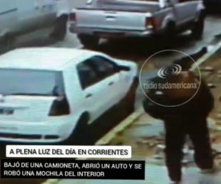 foto: En pleno día, bajó de una camioneta y se robó la mochila de un auto