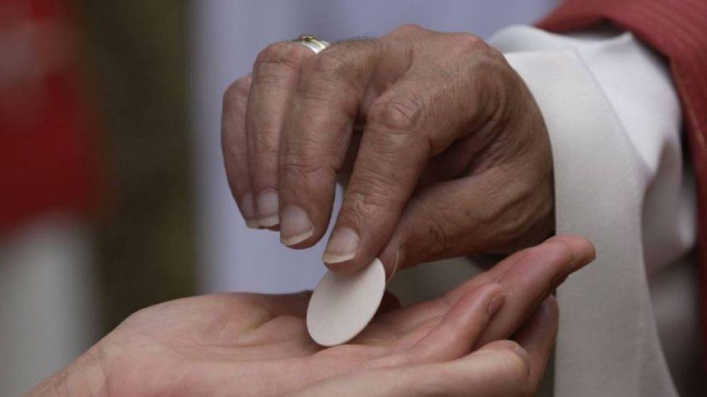 Imputaron al católico que armó marcha por recibir la hostia en la mano