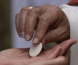 foto: Imputaron al católico que armó marcha por recibir la hostia en la mano