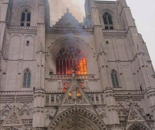 foto: Se incendió la catedral de Nantes e investigan si fue intencional