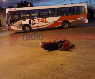 foto: Motociclista pasó en rojo y chocó de frente contra un colectivo