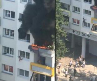 foto: Nenes saltan desde un tercer piso para salvarse de incendio