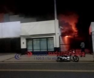 Video exclusivo: feroz incendio en un depósito dejó pérdidas totales